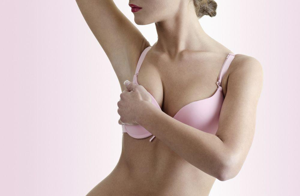 Frau nach Brustverkleinerung nach Hall-Findlay