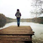 Frau am Steg nach Hormonersatztherapie in den Wechseljahren