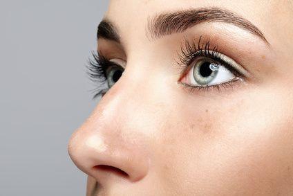 Nahaufnahme einer weiblichen Nase nach Nasenkorrektur